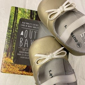 Out Baks gold Mary Jane baby shoes size 4